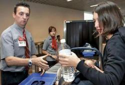 Ряд стран вводят запрет на провоз жидкостей в ручной клади на рейсах в Россию